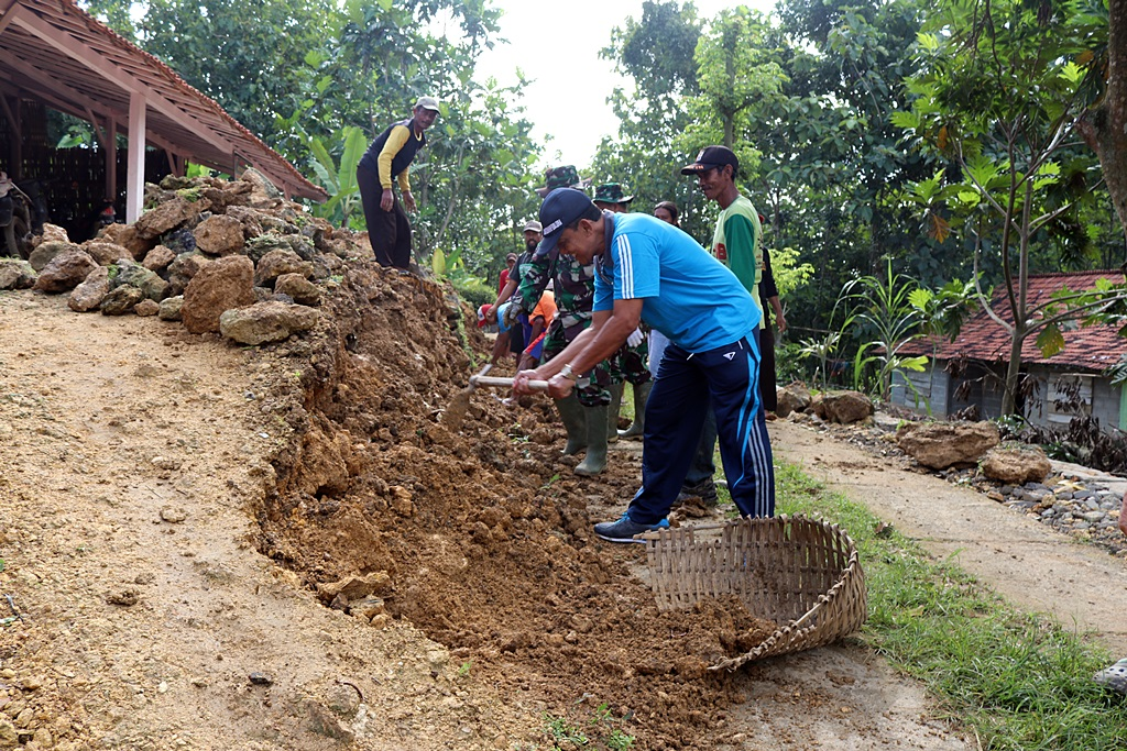 Gotong Royong di Lokasi TMMD Desa Jurangjero